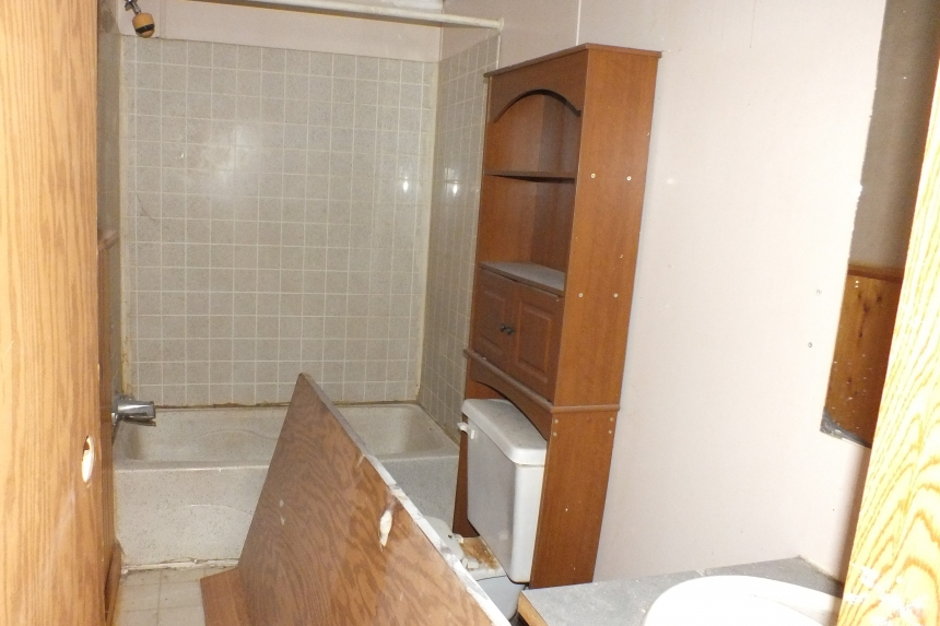 Photo Of Double Wide Home 2000 Dutch Bathroom With Tub
